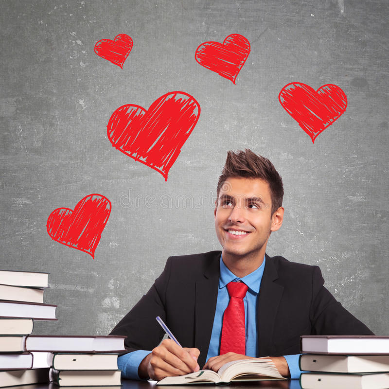 Geschäftsmann, der einen Liebesbrief schreibt stockbild
