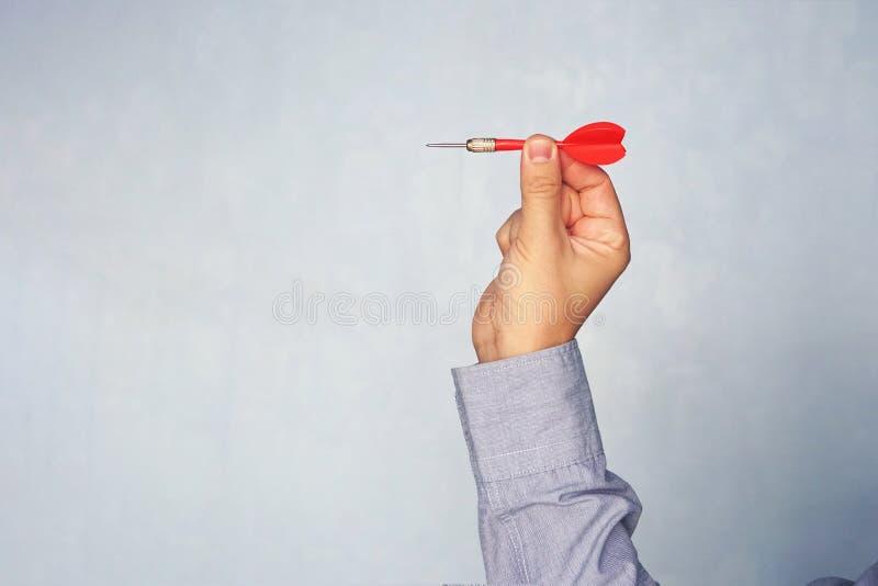 Geschäftsmann, der einen Pfeil anstrebt das Ziel - Geschäftsanvisieren, zielend, Fokuskonzept hält Schlagen Sie das Ziel Erfolg i lizenzfreies stockfoto