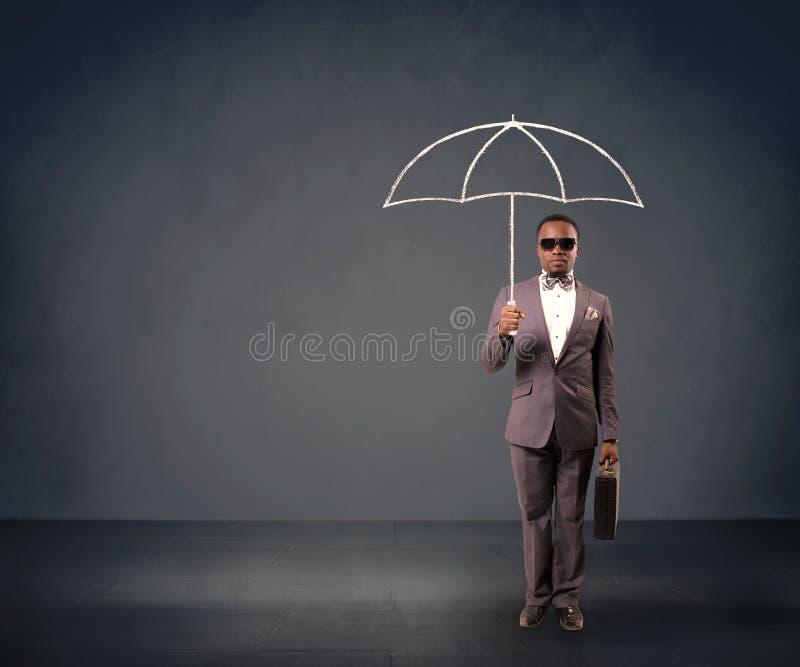 Geschäftsmann, der einen Regenschirm anhält stockfotos