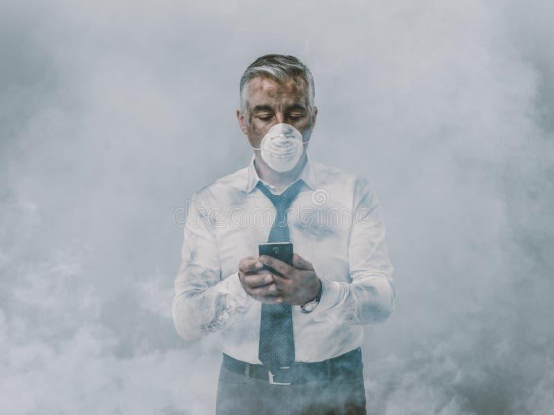 Geschäftsmann, der einen Telefonanruf und einen giftigen Smog hat lizenzfreies stockfoto
