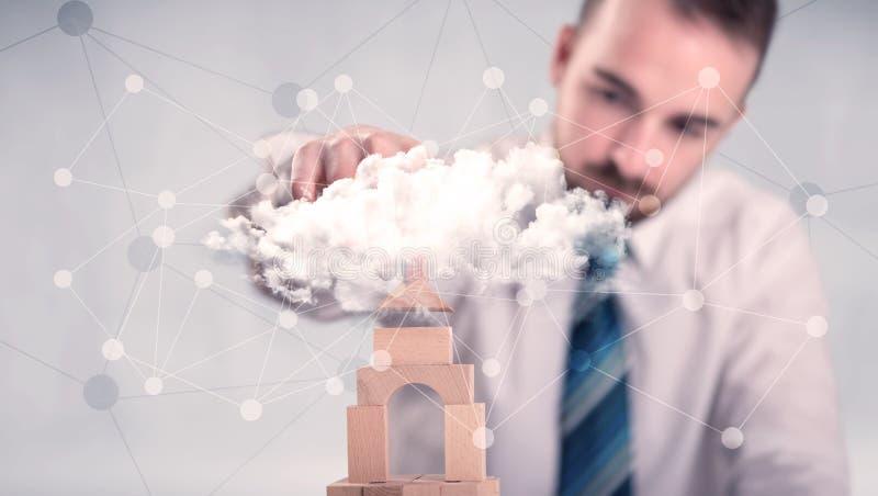 Geschäftsmann, der einen Turm errichtet stockfotos