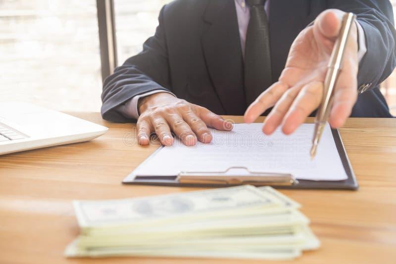 Geschäftsmann, der einen Vertrag unterzeichnet Besitzt das Geschäftszeichen persönlich, Direktor der Firma, Anwalt Immobilienagen stockfotos