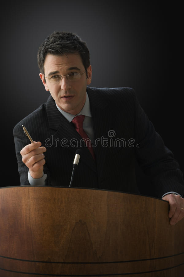 Geschäftsmann, der einen Vortrag gibt stockbild