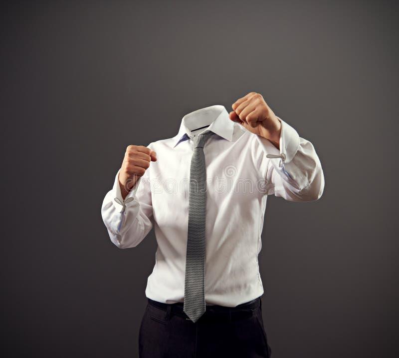 Geschäftsmann, der in einer kämpfenden Position stooding ist stockbild