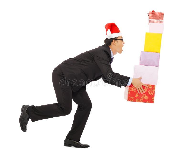 Geschäftsmann, der einige Geschenkboxen hält Lokalisiert auf Weiß lizenzfreie stockbilder