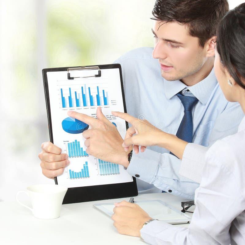 Geschäftsmann, der Finanzbericht zeigt lizenzfreies stockbild