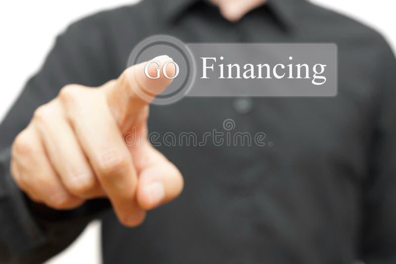 Geschäftsmann, der Finanzierungsknopf bedrängt lizenzfreies stockfoto