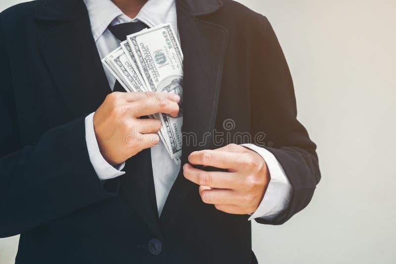 Geschäftsmann, der Geld Dollarscheine hält Eine Hand, die Glas Geld hält lizenzfreie stockfotografie
