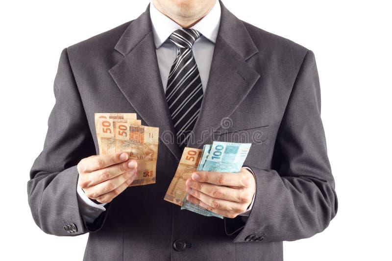 Geschäftsmann, der Geld zählt lizenzfreie stockfotos