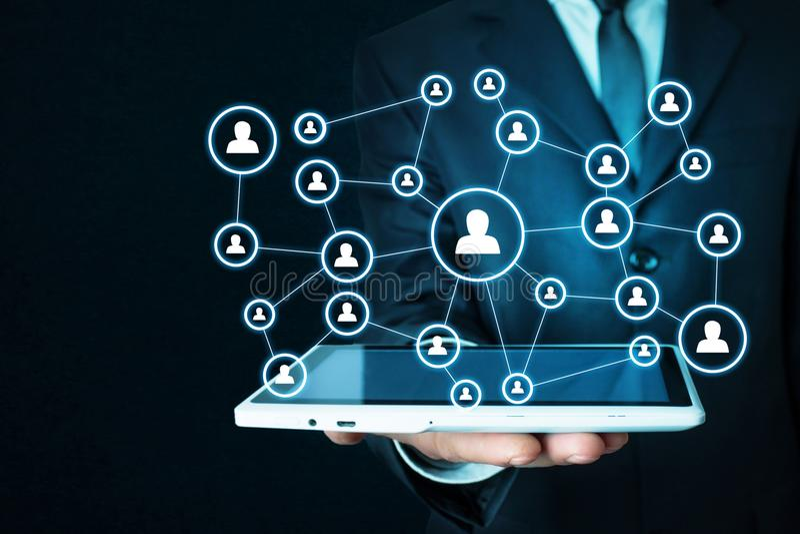 Geschäftsmann, der Geschäftsverbindung und Soziales Netz hält stockbild