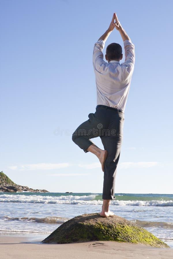 Geschäftsmann, der Gleichgewichtherstellungübung tut lizenzfreies stockfoto