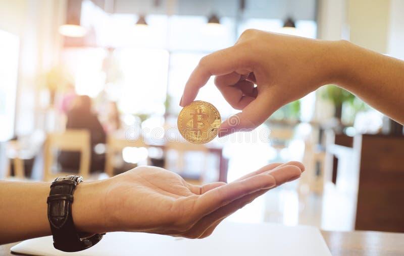 Geschäftsmann, der goldene bitcoin Finanzierung und Technologie concep gibt lizenzfreie stockbilder