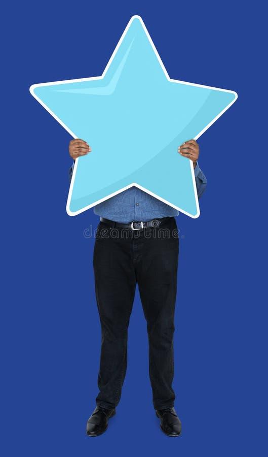Geschäftsmann, der goldenes Sternbewertungssymbol zeigt lizenzfreie stockbilder