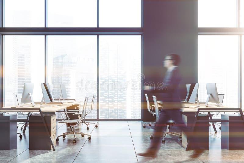 Geschäftsmann, der in graues Büro geht lizenzfreies stockbild