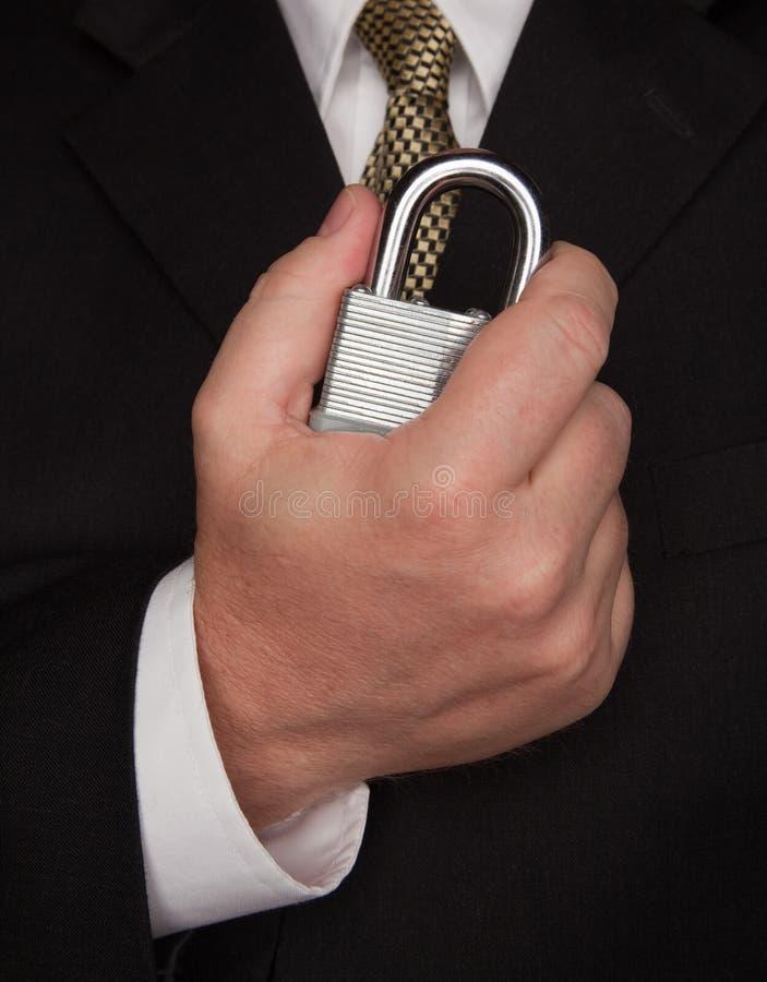 Geschäftsmann, der große Verriegelung anhält lizenzfreies stockbild