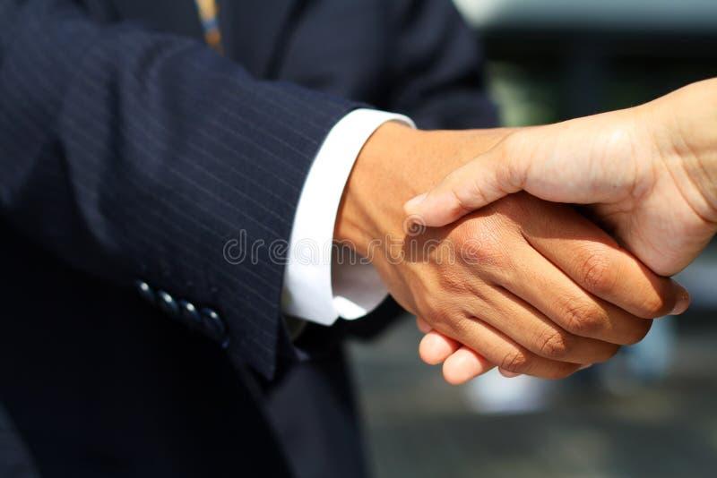 Geschäftsmann, der Hände rüttelt stockfotos