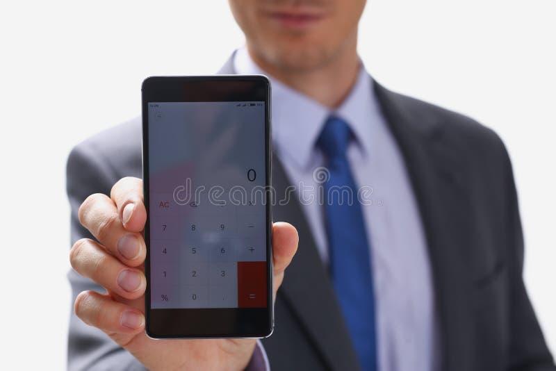 Geschäftsmann, der in der Hand Smartphone hält lizenzfreie stockfotos