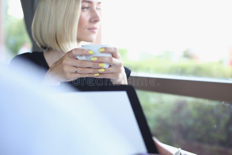 Geschäftsmann, der in der Hand Tablette im Café hält stockbilder