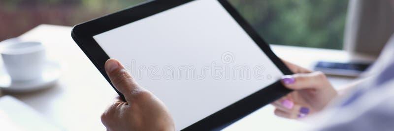 Geschäftsmann, der in der Hand Tablette im Café hält lizenzfreie stockfotografie