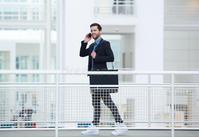 Geschäftsmann, der am Handy geht und spricht lizenzfreies stockfoto
