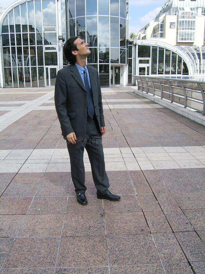 Geschäftsmann, der heraus schaut lizenzfreie stockfotografie