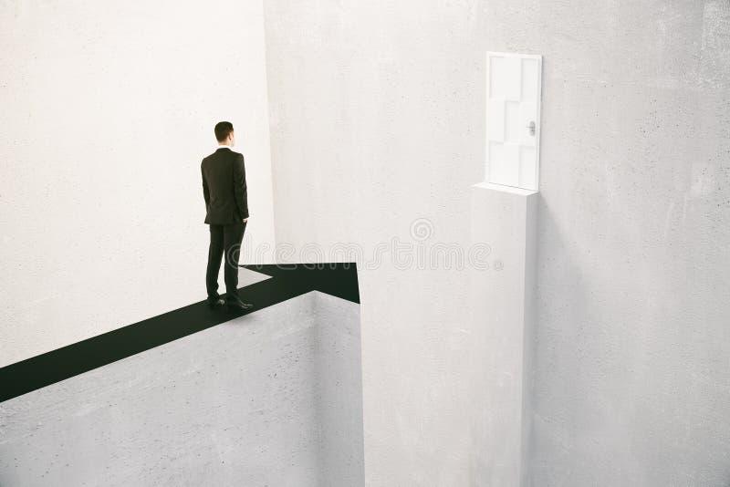 Geschäftsmann, der Hindernisse überwindt lizenzfreie stockfotos