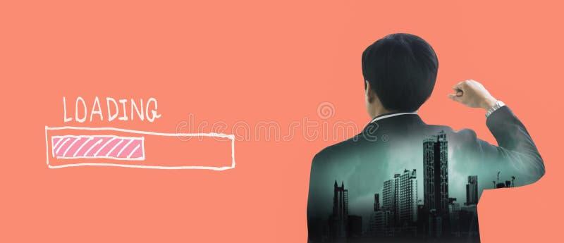 Geschäftsmann der hinteren Ansicht der Doppelbelichtungsrückseite auf rosa Pastellhintergrund, mit ladender Ikone, KonzeptGeschäf lizenzfreie abbildung
