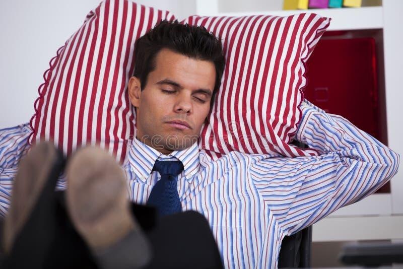 Geschäftsmann, der im Büro schläft stockfotos