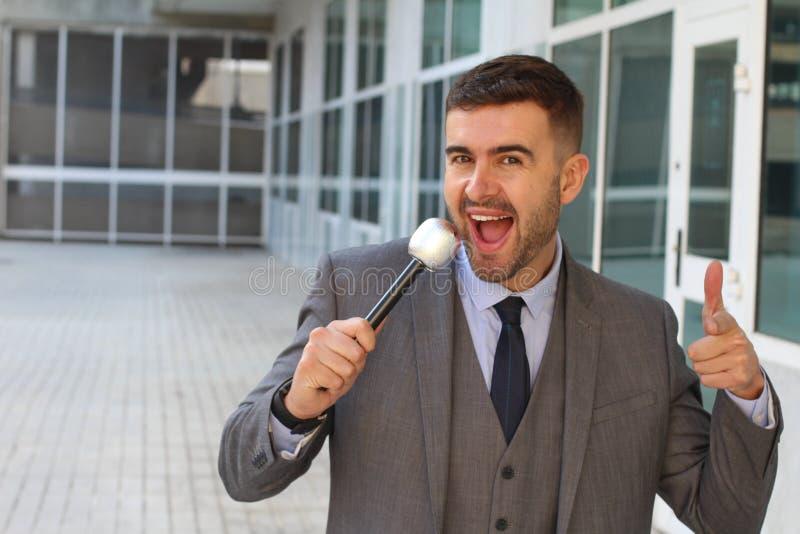 Geschäftsmann, der im Büro singt stockbild