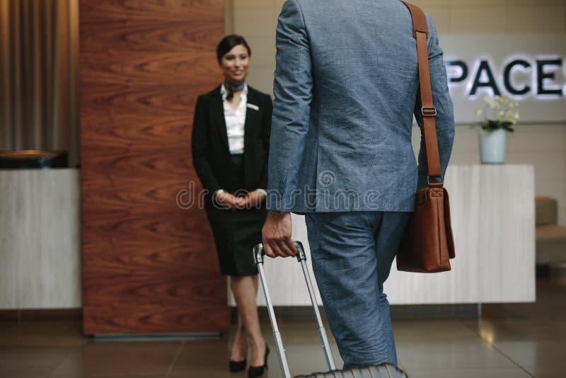 Geschäftsmann, der im Hotel für Konferenz ankommt stockfotografie