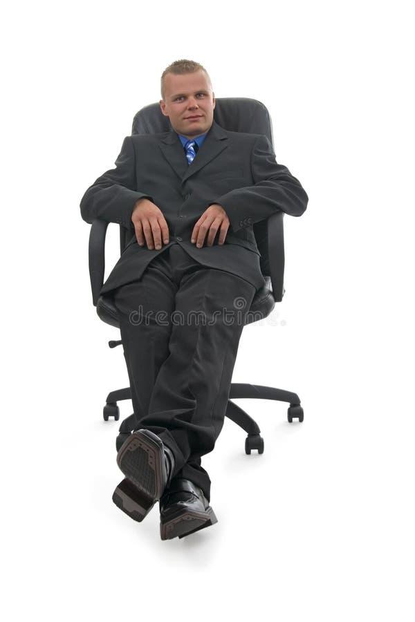 Geschäftsmann, der im Lehnsessel sitzt stockfotografie