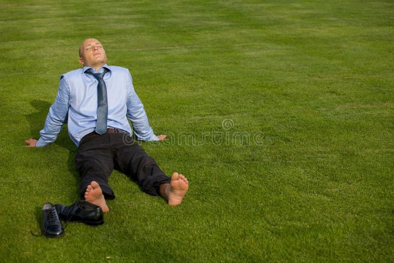Geschäftsmann, der im Park sich entspannt stockfotos