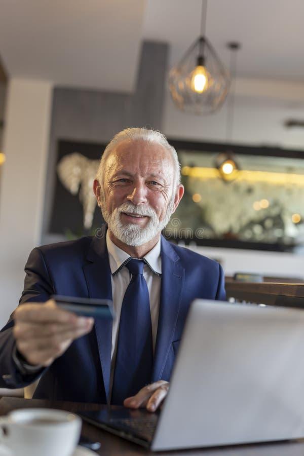 Geschäftsmann, der im Restaurant zahlt stockfoto