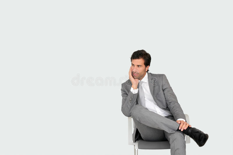 Geschäftsmann, der im Warteraum sitzt stockbild