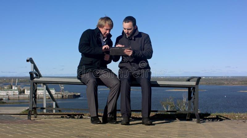 Geschäftsmann, der informelle Sitzung mit Tablette hat lizenzfreie stockbilder
