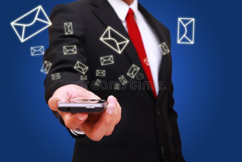 Geschäftsmann, der intelligentes Telefon anhält stockfotos