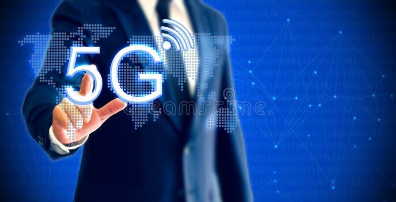 Geschäftsmann, der Internet-mobilen Radioapparat des Netz-5G showning ist, der das Konzept der Hochleistungsgetriebetechnik darst stockfotografie