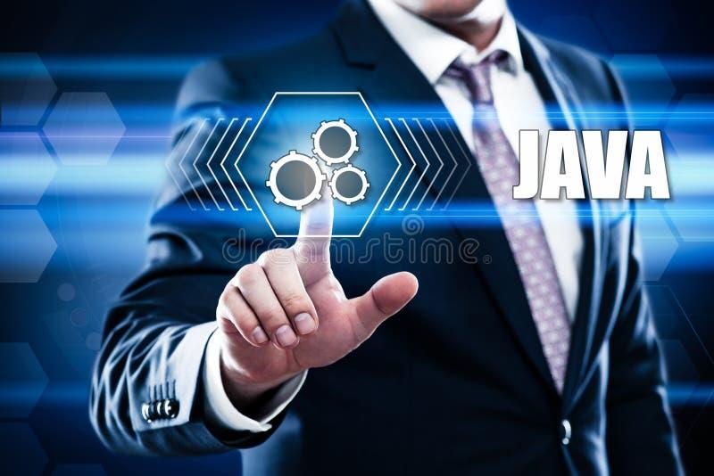 Geschäftsmann, der Java auf virtuellem Schirm bedrängt stockbild