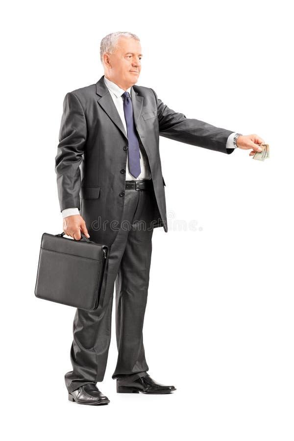 Geschäftsmann, der jemand Geld gibt lizenzfreie stockbilder