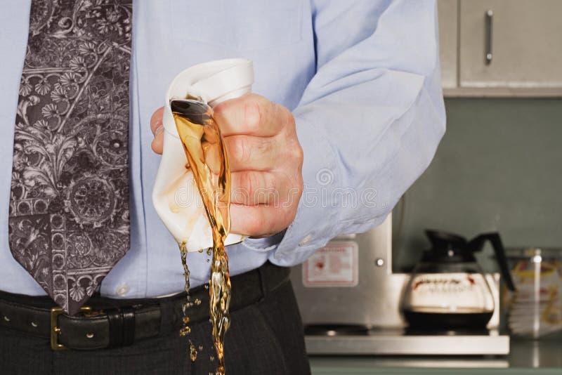 Geschäftsmann, der Kaffeetasse zerquetscht lizenzfreie stockbilder