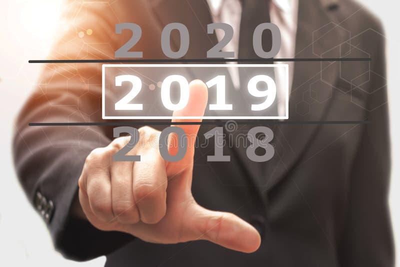 Geschäftsmann, der Kalenderguten rutsch ins neue jahr 2019 zeigt lizenzfreies stockbild