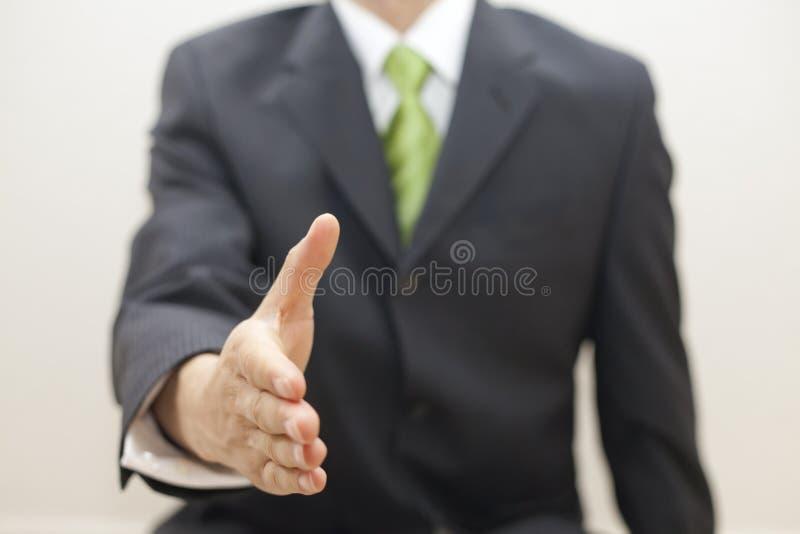 Geschäftsmann in der Klage bietet an, Hände zu rütteln stockbilder