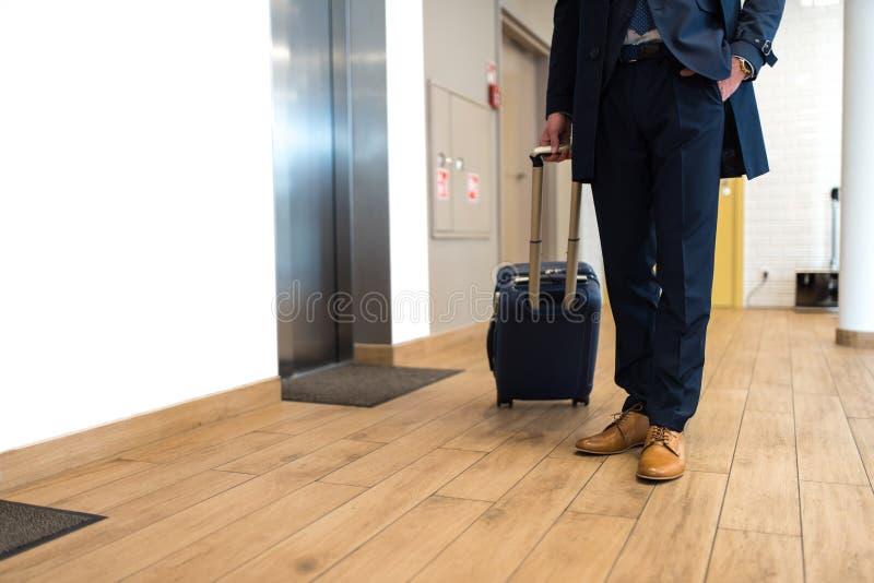 Geschäftsmann in der Klage, die vor Aufzug steht lizenzfreie stockbilder