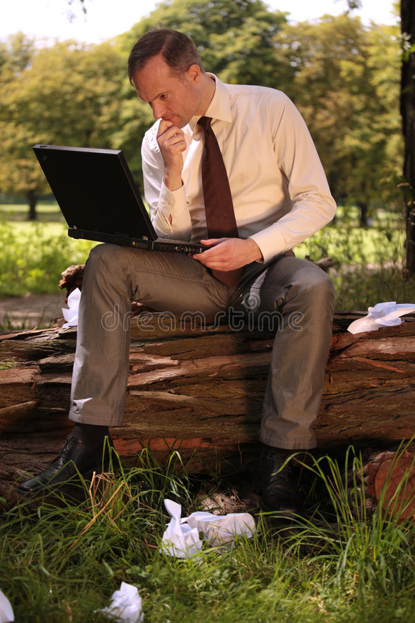 Geschäftsmann, der an Laptop arbeitet stockfotos