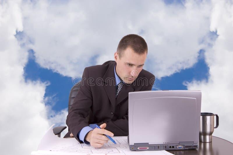 Geschäftsmann, der an Laptop arbeitet lizenzfreies stockbild