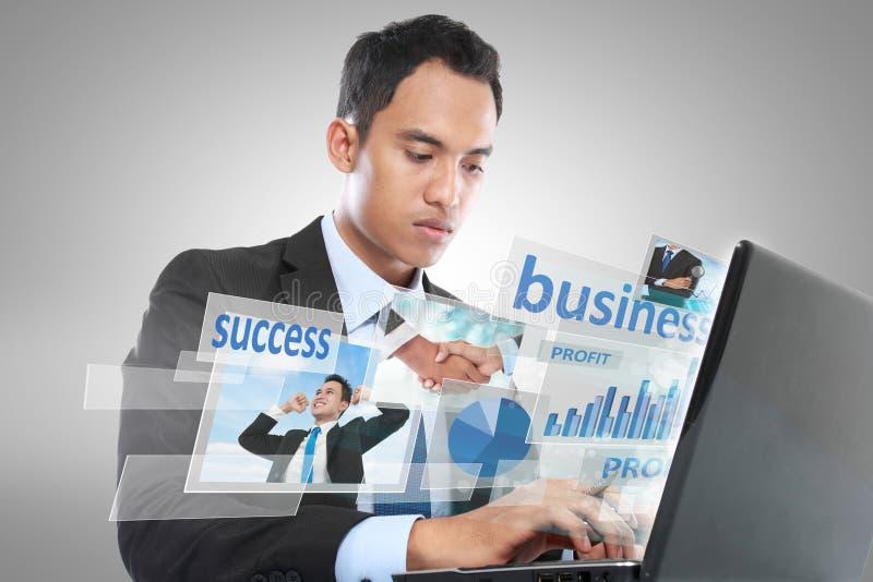 Geschäftsmann, der an Laptop arbeitet. Begriffsbild lizenzfreie stockbilder