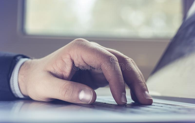 Geschäftsmann, der Laptop-Computer verwendet Männliche Hand, die auf Laptoptastatur schreibt stockfoto