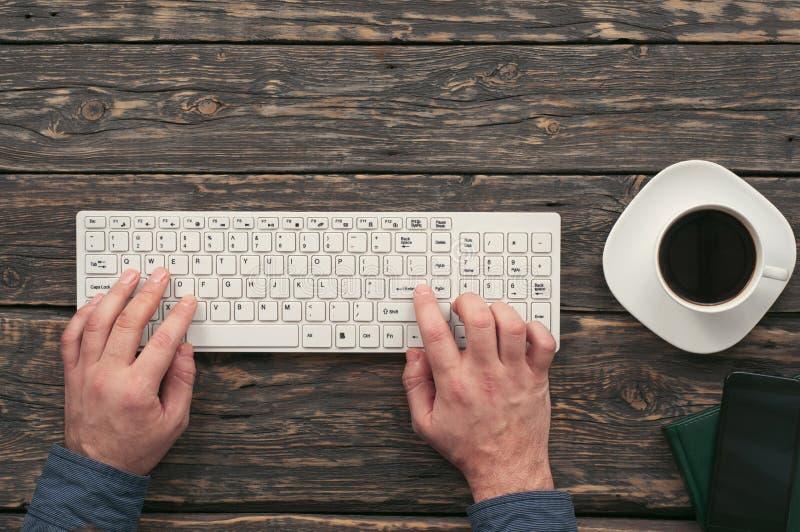 Geschäftsmann, der an Laptop für den Bürodesktop arbeitet stockfotos