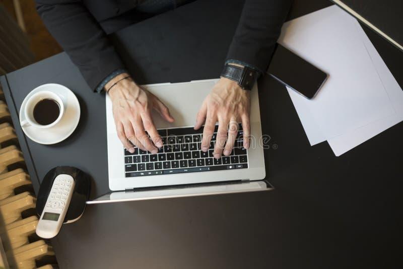 Geschäftsmann, der an Laptop im Büro nimmt Kenntnisse arbeitet lizenzfreies stockfoto