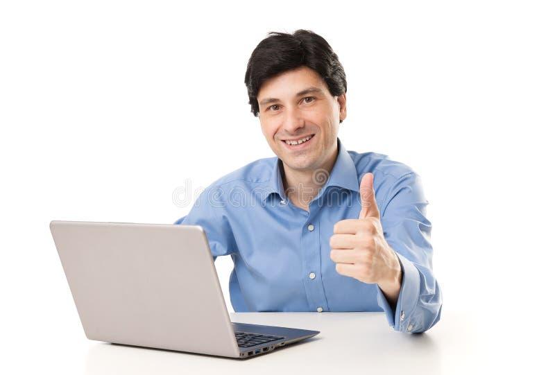 Geschäftsmann, der am Laptop mit dem Daumen herauf Geste arbeitet stockbild